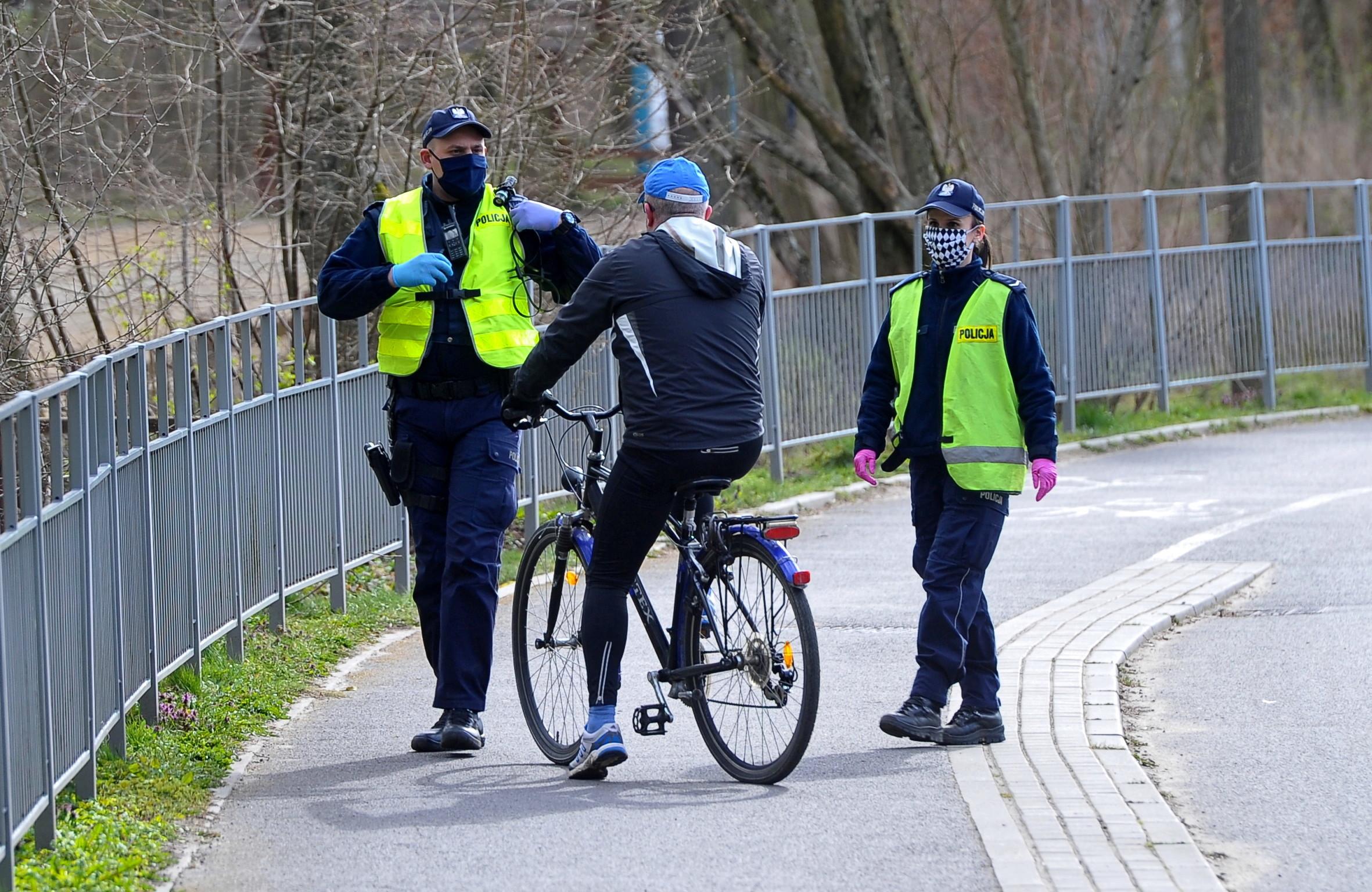 Policjantom zdarza siê szaleæ z korona-mandatami. Rowerzysta dosta³ 12 tysiêcy za przejazd przez zamkniêty bulwar