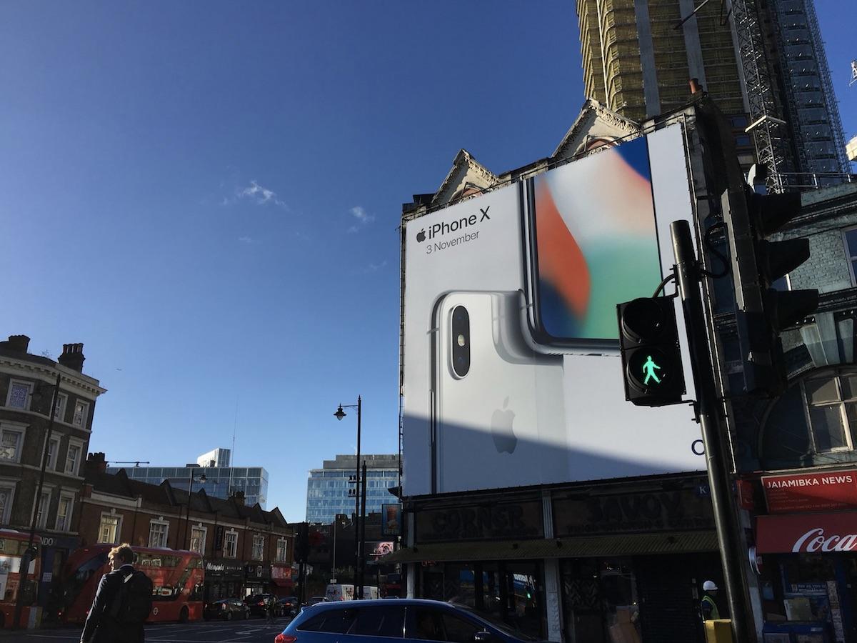 iPhone X lansuje siê po ¶wiecie na ¶wie¿o po³o¿onych billboardach