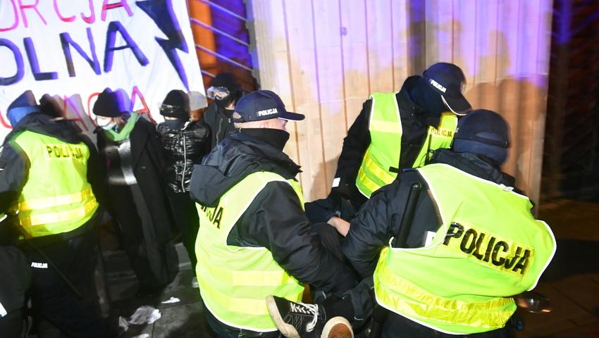 Tymczasem w Kor... w Warszawie policjanci rozbijaj± protest kobiet pa³kami i gazem