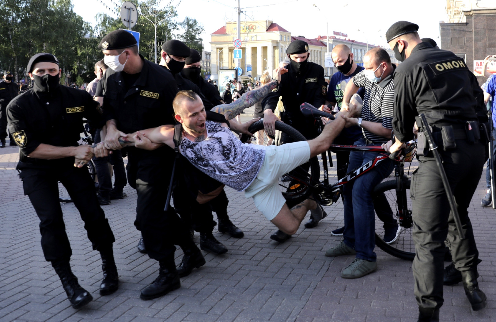 Dziennikarze stoj±cy w opozycji do £ukaszenki twierdz±, ¿e posiadaj± dane osobowe wszystkich funkcjonariuszy policji w Bia³orusi. Gro¿± ich ujawnieniem