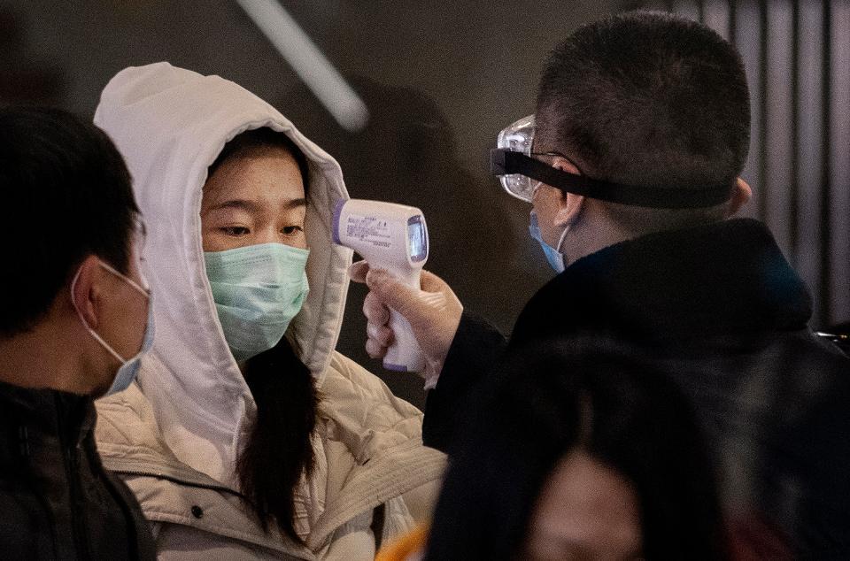 Coraz wiêcej ofiar koronawirusa, nagranie z chorym