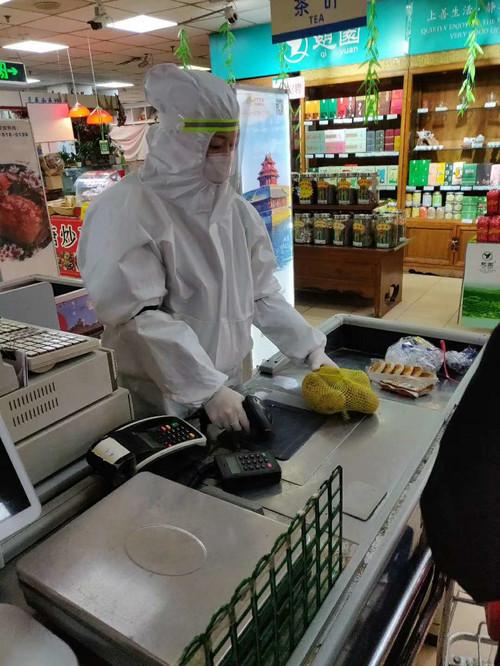 Przypominamy o nakazie noszenia maski ochronnej w sklepach. W przypadku jej braku sprzedawca ma prawo odmówiæ obs³ugi