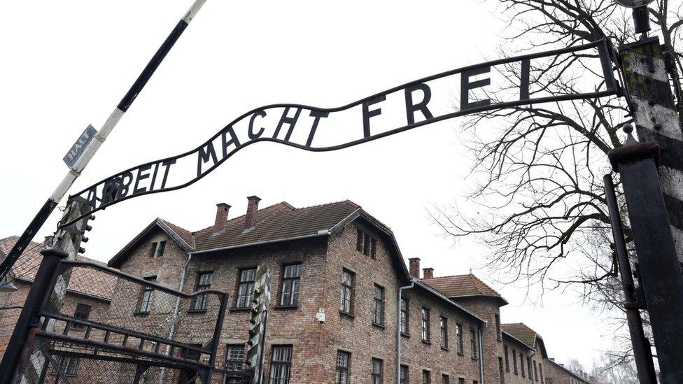 Facebook bêdzie automatycznie blokowa³ posty neguj±ce Holocaust