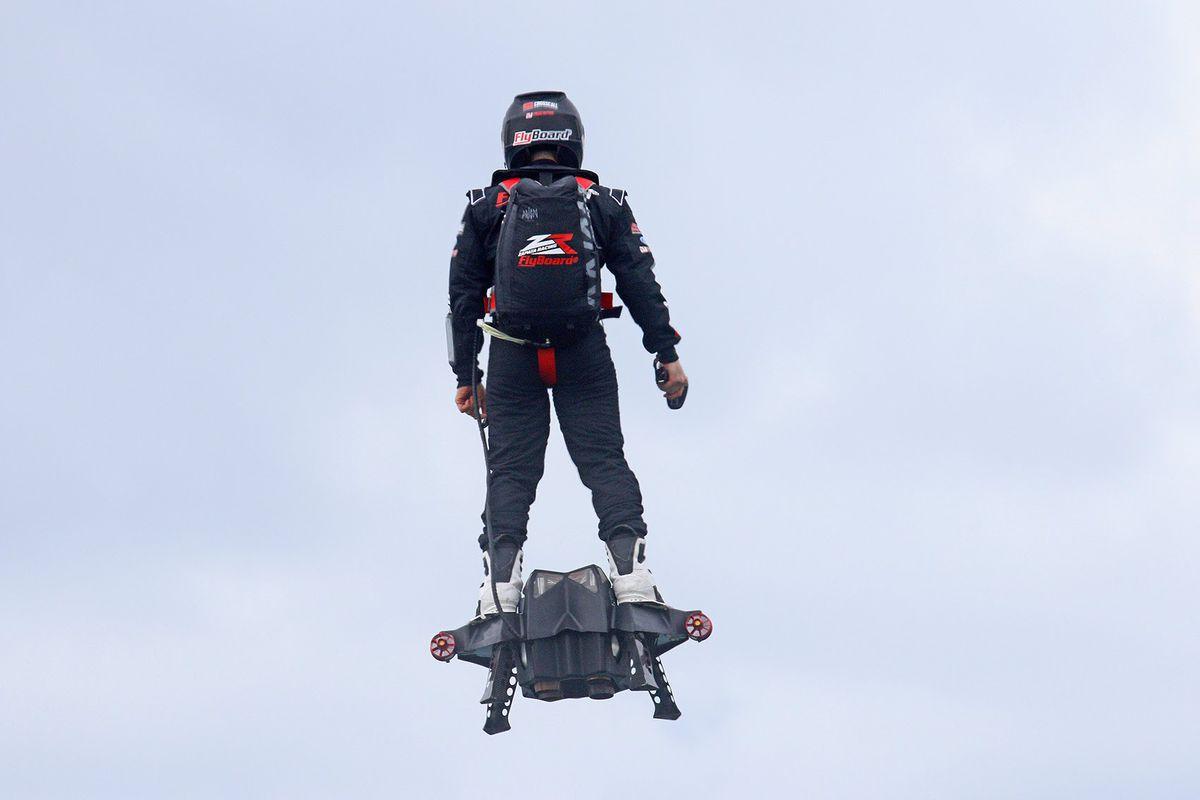 """Frank Zapata, twórca """"lataj±cej deskorolki"""", og³osi³ plany stworzenia lataj±cego samochodu"""