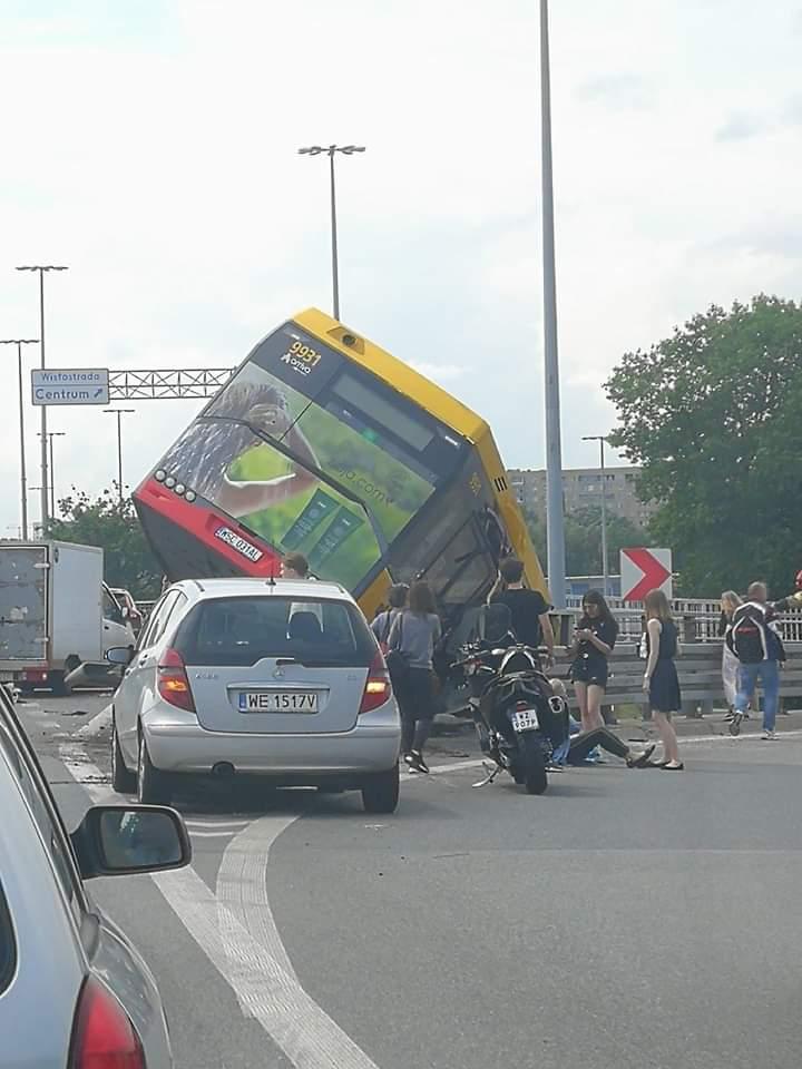 Tragiczny wypadek drogowy w Warszawie. Autobus miejski spad³ na Wis³ostradê z trasy S8. Ranni i ofiara ¶miertelna